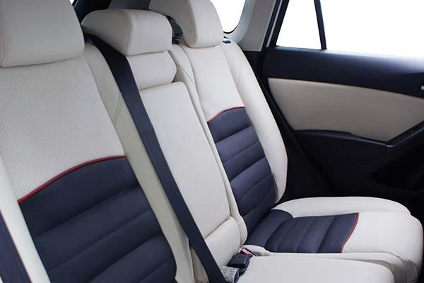 Mazda CX5 Buffalino Leder Zwart Wit Rood Geborduurd Logo Achterbank