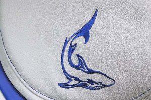 Broderet et fantasy logo med blå søm